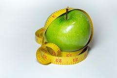 Cinta y manzana de la medida aisladas Foto de archivo
