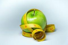 Cinta y manzana de la medida aisladas Imagen de archivo libre de regalías