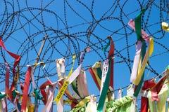 Cintas atadas en el alambre de púas en una cerca en la zona desmilitarizada DMZ en el puente de la libertad, Corea del Sur, Asia Fotografía de archivo