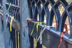 Cintas atadas en las puertas de la basílica de nuestra señora Aparecida foto de archivo