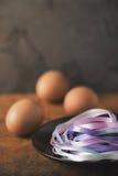 Cintas azules en la placa con los huevos borrosos verticales Imagen de archivo libre de regalías