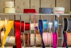Cintas brillantes coloridas del envoltorio para regalos - 2 fotografía de archivo