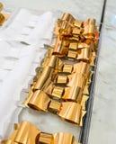 Cintas brillantes de oro y blancas contra el fondo de mármol Foto de archivo libre de regalías
