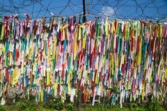 Cintas coloridas de la paz atadas en una cerca en la zona desmilitarizada DMZ en el puente de la libertad, Corea del Sur, Asia Imagen de archivo libre de regalías