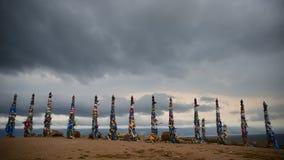 Cintas coloridas en polos de madera en el lago Baikal en Siberia almacen de video