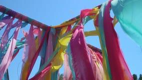 Cintas coloridas que agitan en el viento