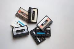 Cintas de casete audio retras en el fondo blanco desde arriba fotografía de archivo