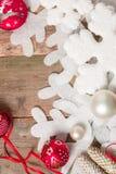 Cintas de la bola de la Navidad roja y blanca en fondo de madera cerca del pino del copo de nieve Invitación del Año Nuevo Capítu Imágenes de archivo libres de regalías