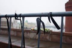 Cintas de luto del negro en un cercado cerca de un lugar del asesinato del político Boris Nemtsov Imágenes de archivo libres de regalías
