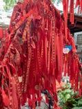 Cintas del rezo en un templo en el pueblo de Xiaozhou, China fotografía de archivo libre de regalías
