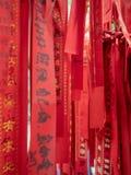Cintas del rezo en un templo en el pueblo de Xiaozhou, China fotos de archivo