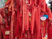 Cintas del rezo en un templo en el pueblo de Xiaozhou, China imagenes de archivo