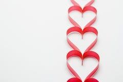 Cintas formadas como corazones en el fondo blanco Fotografía de archivo