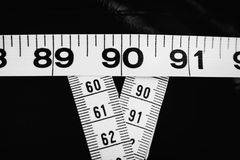 Cintas métricas que muestran 90-60-90 como parámetros ideales para las mujeres Foto de archivo