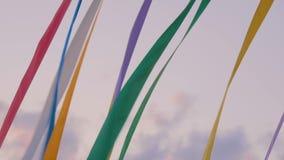 Cintas multicoloras decorativas que agitan en el viento almacen de metraje de vídeo