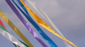 Cintas multicoloras decorativas que agitan en el viento almacen de video