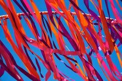 Cintas multicoloras que vuelan en tiempo ventoso Foto de archivo