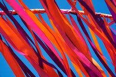 Cintas multicoloras que vuelan en tiempo ventoso Fotografía de archivo libre de regalías