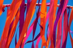 Cintas multicoloras que vuelan en tiempo ventoso Imágenes de archivo libres de regalías