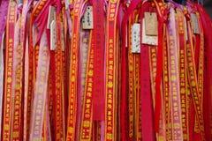 Cintas rojas en Mazu Miao Temple en Yokohama Chinatown Foto de archivo libre de regalías