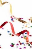 Cintas rojas y de oro y pequeño confeti coloridos Imagen de archivo
