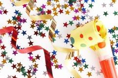 Cintas rojas y de oro y pequeño confeti coloridos Foto de archivo libre de regalías