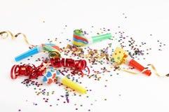 Cintas rojas y de oro y pequeño confeti coloridos Foto de archivo