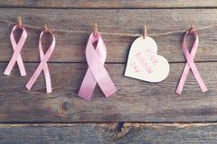 Cintas rosadas con el corazón de papel Fotos de archivo