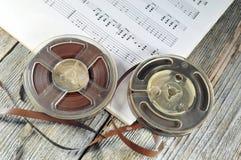 Cintas viejas con las notas de la música Fotos de archivo libres de regalías