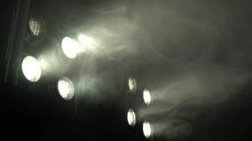 Cintilação de oito projetores em uma sala fumarento video estoque