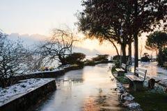 Cintilar em trajetos molhados do por do sol foto de stock royalty free