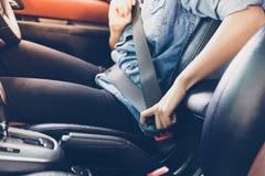 Cinto de segurança asiático no carro, conceito da asseguração da mulher da segurança imagem de stock royalty free