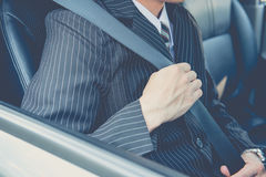Cinto de segurança da asseguração da mão no carro imagem de stock royalty free