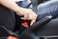 Cinto de segurança da asseguração da jovem mulher no carro fotos de stock royalty free