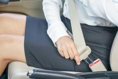 Cinto de segurança da asseguração da mulher de negócio no carro antes de conduzir imagens de stock royalty free