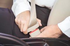Cinto de segurança da asseguração da mulher de negócio no carro antes de conduzir fotografia de stock royalty free