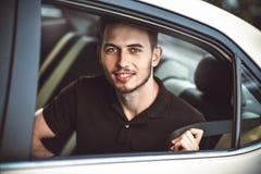 Cinto de segurança no carro, conceito da asseguração do homem do passageiro da segurança foto de stock