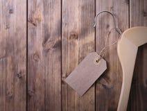 Cintre de manteau avec l'étiquette vide Image libre de droits