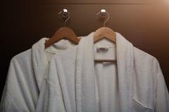 Cintre de manteau sur le concept en bois d'affaires de boutique de blanchisserie de conseil Photo stock