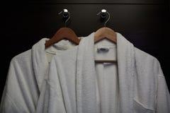 Cintre de manteau sur le concept en bois d'affaires de boutique de blanchisserie de conseil Photos stock