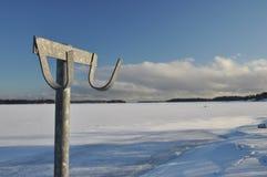 Cintre de tissu sur le paysage gelé d'hiver Photos stock