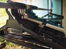 Cintre pour des tissus et aludnry à la maison photo stock