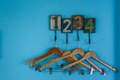 Cintres avec des nombres bleus de fond Photo libre de droits