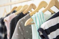 Cintres avec la garde-robe de vêtements de femme image stock