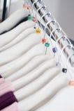 Cintres d'habillement avec des tailles Photo libre de droits