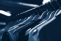 Cintres dans le magasin de mode Vêtx le concept d'affaires Image libre de droits