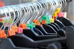 Cintres de boutique de charité Photographie stock libre de droits
