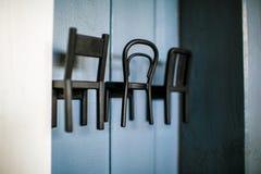 Cintres de manteau noirs élégants en métal sur le mur en bois photo libre de droits