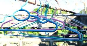 Cintres de tissu colorés Photographie stock libre de droits