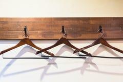 Cintres en bois accrochant sur le crochet photographie stock